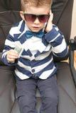 Kleiner Junge, der Dollarscheine hält lizenzfreies stockbild