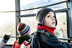 Kleiner Junge in der Drahtseilbahn Stockbild