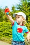 Kleiner Junge, der draußen mit Spielzeugflugzeug spielt Lizenzfreie Stockfotos