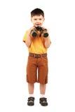 Kleiner Junge, der durch Binokel schaut Stockbild