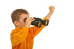 Kleiner Junge, der durch binokulares schaut Lizenzfreies Stockfoto