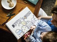 Kleiner Junge, der ein Bild über Ostern zeichnet Stockfoto