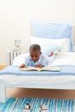 Kleiner Junge, der ein Buch liest Lizenzfreies Stockbild