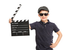 Kleiner Junge, der ein Film clapperboard hält stockfotografie