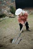 Kleiner Junge, der ein Loch gräbt Stockfotografie