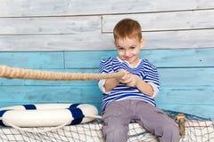 Kleiner Junge, der ein Seil zieht lizenzfreies stockfoto