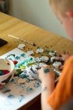 Kleiner Junge, der eine Abbildung malt Stockfotos
