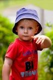 Kleiner Junge, der eine Haltung schlägt stockbild