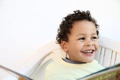 Kleiner Junge, der eine Zeitung liest lizenzfreie stockfotografie