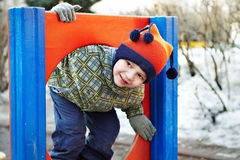 Kleiner Junge, der in einem Kindergarten spielt Lizenzfreies Stockfoto