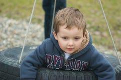 Junge in einem Reifen Lizenzfreie Stockfotografie