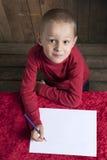 Kleiner Junge, der einen Brief für Sankt schreibt lizenzfreie stockfotos