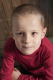 Kleiner Junge, der einen Brief für Sankt schreibt lizenzfreie stockbilder
