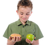 Kleiner Junge, der einen Hamburger isst Stockfotografie