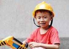 Kleiner Junge, der einen Sturzhelm trägt lizenzfreies stockbild