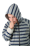 Kleiner Junge, der in einer Haube getrennt auf Weiß hustet Lizenzfreie Stockfotos