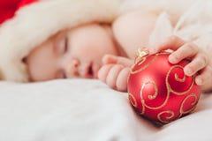 Kleiner Junge, der an in einer Kappe des neuen Jahres, Fokus schläft Lizenzfreies Stockbild