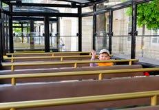 Kleiner Junge, der in einer Tram oder in einem Trainer sitzt Stockfoto
