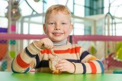 Kleiner Junge, der Eiscreme isst Stockfotografie