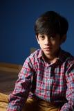 Kleiner Junge in der ernsten Stimmung schatten Stockfotografie