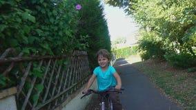 Kleiner Junge, der Fahrrad in einem Park fährt stock video footage