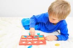 Kleiner Junge, der Formen lernt Stockfotografie