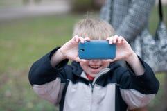 Kleiner Junge, der Fotos macht Stockbild