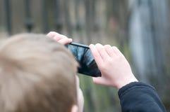 Kleiner Junge, der Fotos macht Lizenzfreies Stockbild