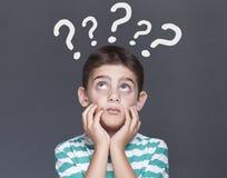 Kleiner Junge, der Fragen hat Stockfotografie