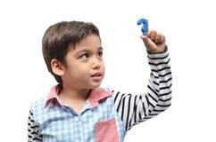 Kleiner Junge, der Fragezeichenzeichen hält lizenzfreie stockbilder