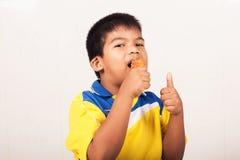 Kleiner Junge, der gebratenes Huhn isst lizenzfreie stockfotografie