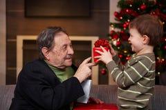 Kleiner Junge, der Geschenk gibt Lizenzfreie Stockbilder