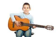 Kleiner Junge, der Gitarre spielt stockbild