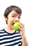 Kleiner Junge, der grünen Apfel isst stockfotos