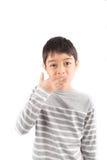 Kleiner Junge, der Handzeichen BESSERE ASL-Gebärdensprache macht Stockbild