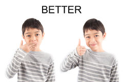Kleiner Junge, der Handzeichen BESSERE ASL-Gebärdensprache macht Lizenzfreies Stockbild