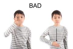 Kleiner Junge, der Handzeichen SCHLECHTE ASL-Gebärdensprache macht Stockfotografie