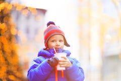 Kleiner Junge, der heißes Getränk im kalten Stadtwinter hat Stockfotografie
