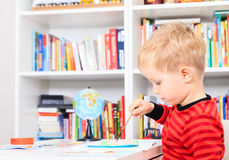 Kleiner Junge, der Heimarbeit tut Stockfotos