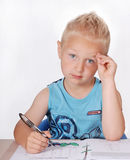 Kleiner Junge, der Heimarbeit tut Stockfotografie