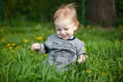 Kleiner Junge, der im Gras spielt Stockfoto
