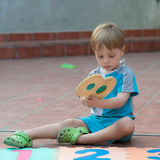 Kleiner Junge, der im Hinterhof spielt Lizenzfreie Stockfotografie