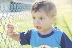 Kleiner Junge, der im Park genießt lizenzfreies stockbild