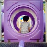 Kleiner Junge, der im Tunnel sitzt Lizenzfreie Stockfotografie