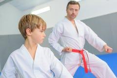 Kleiner Junge in der Karatelektion stockfoto