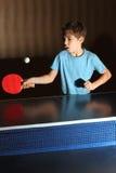 Kleiner Junge, der Klingeln pong spielt Stockbild
