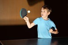 Kleiner Junge, der Klingeln pong spielt Stockbilder