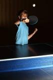 Kleiner Junge, der Klingeln pong spielt Stockfoto