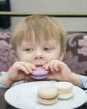 Kleiner Junge, der Kuchen isst Lizenzfreie Stockbilder