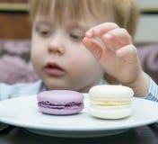 Kleiner Junge, der Kuchen isst Lizenzfreie Stockfotografie